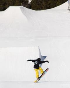 Alex Villanueva snowboarding trick